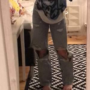 Superfina jeans med hål som jag inte använt på ett bra tag:)är 156cm lång och dem går nästan till marken på mig.(nypris 250kr) om du har några funderingar så skriv bara🌸BUD:110kr🌸 BUDBIGNING SLUTAR 20:00 9 FEBRUARI