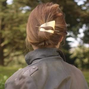 Guldig håraccessoar från Complement (finns bla på Åhléns), aldrig använd 🌟 första bilden är inspiration!                                                             Kolla gärna in mina andra annonser!