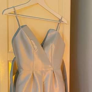 Byxdress i silver från Asos, köpt 2016. 100% polyester. Sitter perfekt på mig som är 163cm med storlek XS. Jag köpte den inför ett bröllop, och har sedan dess knappt använt den. Känns som ny :) Nypris £80.