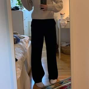 Svarta kostymbyxor från Gina tricot stl 36 men passar även 38 beroende på hur man vill att de ska sitta, jag är 171 cm lång! Fint skick!