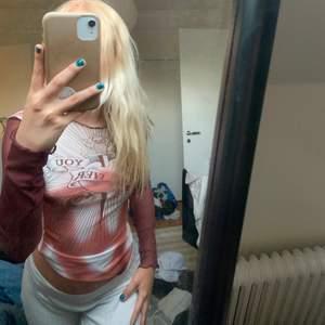 En långärmad tröja som har en genomskinlig stil även fast man inte ser igenom mycket och går att ha utan bh. Ger mig yk2 vibes, passar en xs och förmodligen även en S.
