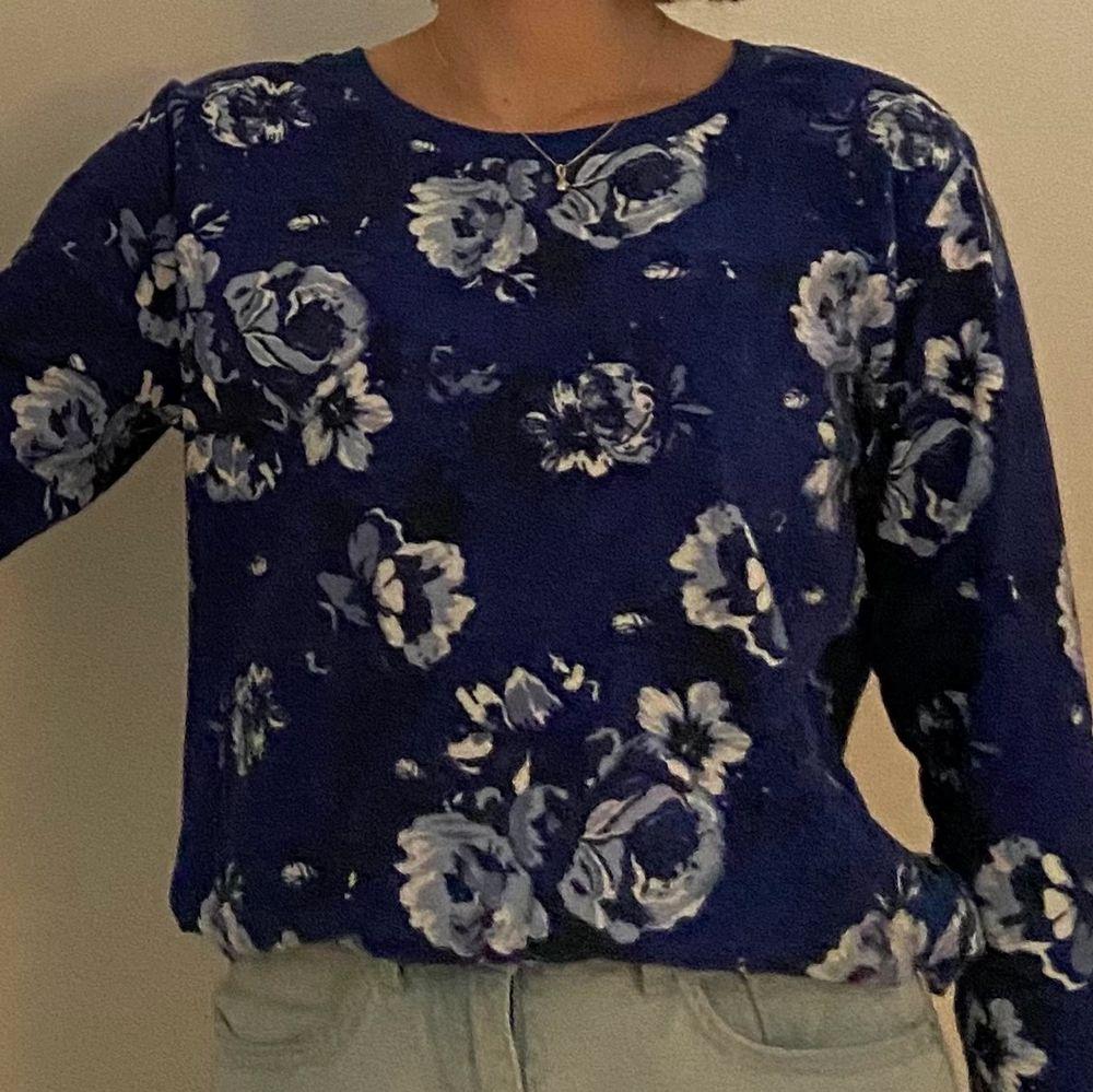 En mörkblå tröja i mjukt material med ljusblåa och vita blommor. Märket är F&F och den är i storlek 36-38. Eventuellt lite liten i storleken med lite korta ärmar så passar nog bäst för XS/S. Köpt i England. Tänkt som en pyjamaströja men går att använda som en vanlig tröja. Kan mötas i Umeå eller skicka om köpare står för frakt.  Spårbar: 66kr, icke-spårbar: 30kr. Tröjor & Koftor.