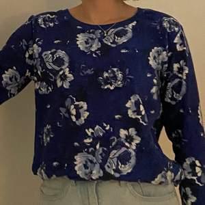 En mörkblå tröja i mjukt material med ljusblåa och vita blommor. Märket är F&F och den är i storlek 36-38. Eventuellt lite liten i storleken med lite korta ärmar så passar nog bäst för XS/S. Köpt i England. Tänkt som en pyjamaströja men går att använda som en vanlig tröja. Kan mötas i Umeå eller skicka om köpare står för frakt.  Spårbar: 66kr, icke-spårbar: 30kr