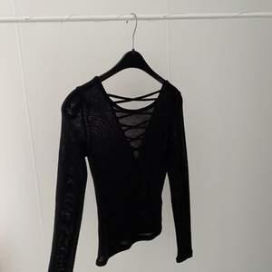 Super fin tröja med snörning, säljes för att det inte riktigt är min stil längre. Tröjan är inte använd så mycket så i fint skick! Köparen står för frakten☺️