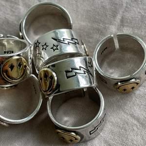⚡️ENDAST ETT FÅTAL KVAR!⚡️ SMILEY RING i 925 sterling silver. Silverfärgad ring med guldsmiley. En styck för 70kr eller två styck för 115kr (+frakt). Finns också på @byveloce på instagram. Skriv om du har några frågor eller liknande🤍⚡️