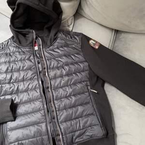 Parajumper jacka i storlek S. Aldrig använd, köptes på NK Säljer på grund av att det inte är min stil riktigt.