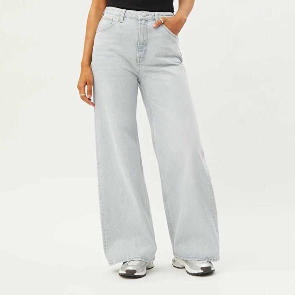 """🌸Vida jeans från Weekday i modellen """"Ace""""🌸 storlek 25/30. I färgen """"sand"""". Som enligt mig är en ljus beige/brun färg. Bild 3 är bild från weekdays hemsida på jeans i samma modell som de jag säljer men i en annan färg.(så man kan se hur Jensen sitter på en person) Jag är 169 cm och på mig är de för korta (därav säljer jag de). De mäter ca 16-17 cm från där jeansen slutar på mitt ben till marken. Innerbenslängden är ca 65 cm. Jeansen är bara använda ett fåtal gånger och har inget tecken på användning! De är även nytvättade. Fraktkostnaden betalar köparen.  PS jag säljer samma modell av jeans i samma storlek i fler färger i min profil💖💖💖💖 om flera är intresserade blir det budgivning!!. Jeans & Byxor."""