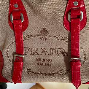 Fick väskan från min farmor för länge sen, ingen aning om den är äkta eller ej.