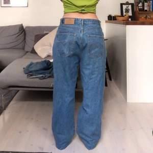 Supersnygga och baggy jeans från new blues som inte kommer till användning längre då jag har många liknande par. Kan mötas upp i Göteborg eller så är frakten 50 kr mer! Pris kan diskuteras✨
