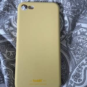 Gult holdit skal som passar iPhone 6/7/8. Använt få gånger så väldigt fint skick! 50kr+frakt 🥰