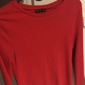 Säljer denna röda tröja p.ga av att den inte kommer till användning. Den är superfin på, skriv privat för fler bilder.  Storlek M men passar även S-M-L p.ga stretchigt material