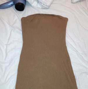 En brun ribbad off shoulder klänning som är använd en gång. Tyvärr lite för stor för mig så hade häller tagit en storlek mindre. Den är från SHEIN och är i storlek S. (Väldigt stretchig är den och man vill se hur klänningen ser ut på mig så får man komma privat så fixar jag det).