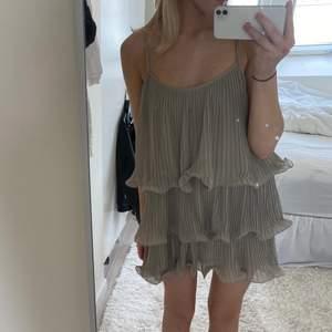 Intressekoll på denna oanvända volangklänning från H&M🥰