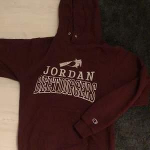 Säljer en vinröd vintage champion hoodie. Blir många intresserad blir det budgivning