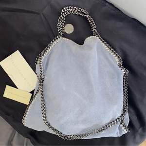 Säljer denna sjukt snygga ÄKTA ljusblåa Stella McCartney väskan, i storlek mellan. Knappt använd och är i ett jätte fint skick!! Äktehetsbevis finns såklart! Den ljusblåa färgen är perfekt till sommaren. Buda från 3000kr💞💞💞🦋🦋🦋