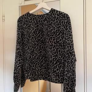 Jätte söt glittrig tröja med leopardmönster. Använd 2 gånger. Hör av dig vid intresse💕