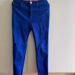 Blå byxor, är stretchig men två fram och bak fickor. 90kr utan frakten.