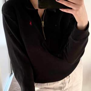 Mysig RL sweater i svart. Köpt för 1399kr. Bud från 349kr!