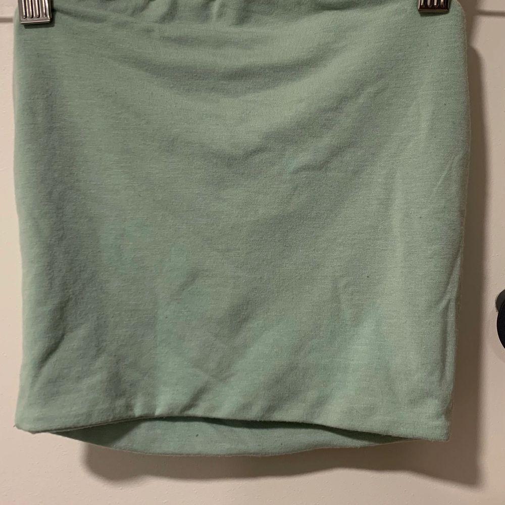 Bandeau linne i mintgrön från BikBok. Använd en gång. Strl xs🥰  Kan fraktas men köpare står för frakten🥰. Toppar.