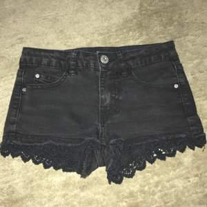 Svarta shorts i använt skick med spets längst ner