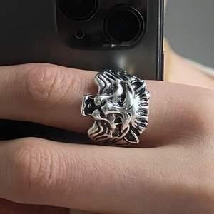 Så fin silverring med ett lejon!!!