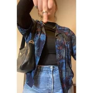 En snygg unisex skjorta från Oscar Jacobson. Den är ganska kort i modellen till skillnad från många andra klassiska hawaiiskjortor. With some lovely flowerz😛🌎 Den står i strl. L men jag skulle säga att den passar på vem som helst!