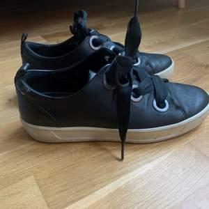 Svarta sneakers från ECO, köpta för 1200kr. Jättebra skick, inga defekter. Säljer pga förstora så har inte kommit till användning❤️ hör av er vid frågor, frakt betalar köparen 🚚