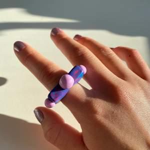 En unik och häftig ring i färgerna lila,blå & rosa!!! Once again a must have🔮💜🧜🏼♀️🌟
