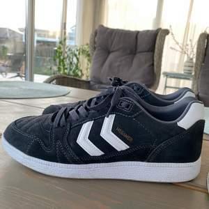 Nya skor endast provade så det är i nyskick, storlek 41, säljer pga fel storlek! Mörkgrå mocka, Nypris 1000kr säljer för 600kr!!