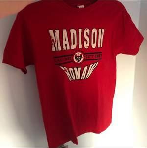 T-shirt från Jack & Jones. Står ingen storlek men jag tycker den känns som S, jag på bilden är XS som referens:)