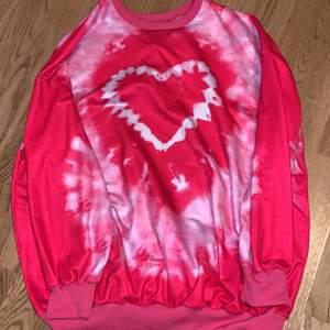 Rosa tiedye tröja från amazon som säljs pga av att den är fel storlek! Priset kan diskuteras. Även om den e L så passar den som S/M!