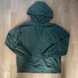 Snygg skön hoodie från weekday, knappt använd. Buda gärna!