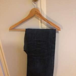 Säljer dessa sköna APC jeansen med extremt bra kvalitet. Jeansen är använda 3 gånger men är fortfarande i toppenskick. Sitter ca W29 L29. Lösare runt vaderna och lite tajtare runt låren. Kan gå ner i pris vid snabb affär. Bjuder på frakten.