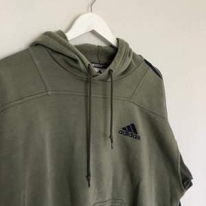 Vintage Adidas Hoodie från 90-talet. Tröjan har en mini adidas logga och tre streck längs armen.  Den är i storlek large och har boxy passform. I vintage skick med inga defekter🤎