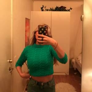 Jättefin stickad & croppad tröja som egentligen är för barn, hahah. Älskar den så är lite osäker på om jag vill sälja eller ej.