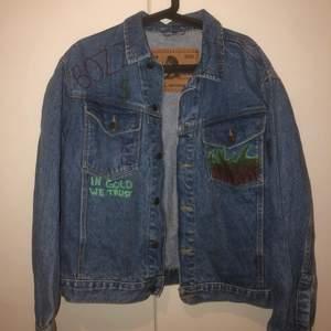 snygg jeansjacka som knappt är använd!! med såå snygga detaljer, 200kr +frakt