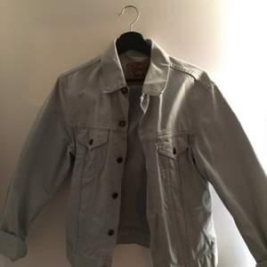 Levis jeansjacka, storlek m, aldrig använd. Fler bilder kan skickas vid intresse. Köpare står för frakt.
