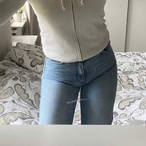Vit jättefin zip-hoodie från Hollister med fluff! Storlek XS, använd men i relativt bra skick. Frakt står köpare för💞