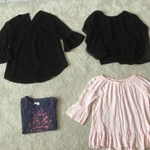 De tre blusarna säljes för 30 kr/st. T-shirten säljes för 15 kr.                                                     T-shirten är i storlek 122/128.                           Den svarta blusen med knyte där fram är i storlek 134.                                                      Den svarta blusen utan knyte är i storlek 134/140.                                                           Den rosa volangblusen är i storlek 140.              Alla tröjor och blusar är använda men utan hål och fläckar, jag säljer de pågrund av att de är för små.