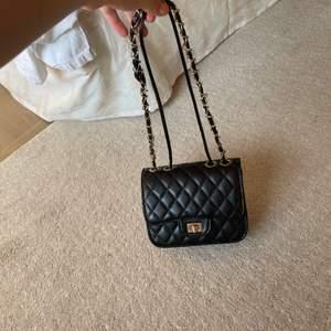 Super söt svart handväska med gulddetaljer! Jag har gjort att banden blivit kortare men man kan göra de längre igen om man vill ha den som cross body väska💕Köpt för 200kr, mitt pris 90kr