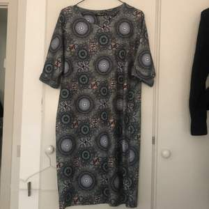 Midi dress with a gorgeous blue pattern, thick material in perfect condition. No size tag but its fits 38/40.