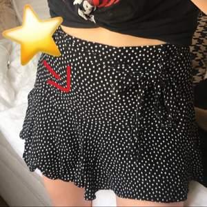 Drömmig kjol från Zara med stjärnor! Har haft den i flera år så den går alltså inte att köpa längre. Aldrig sett ngn annan ha denna, har bara sett liknande fast med prickar. Helt perfekt till alla outfits och den har shorts under så man kan känna sin riktigt bekväm. Buda! Strl S, kan passa xs även ksk m.