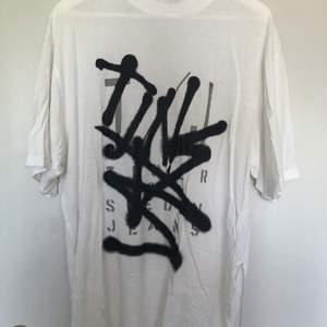 Cool oversized T-shirt från tiger of Sweden med snyggt tryck. Tröjan har halvpolo och slits längst sidorna. Superskönt material. Är storlek S men sitter som XL