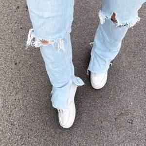 Ett par zara jeans med slits och hål, knappast använda.