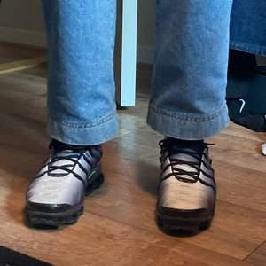 Ett par snygga nike vapormax i storleken 42,5. Nypris köpte jag de för 2500kr i en skobutik i Helsingfors. Dem är i bra skick och endast använda några få gånger. Har tyvärr ingen låda till skorna. Perfekta för dig som är kort och behöver några extra centimeter😆