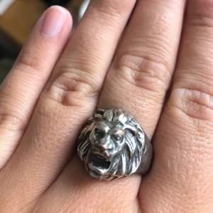 Säljer denna fina ring!! Köpt secondhand, lite rostig längs själva ringen men inget som syns på lejonet🥰 relativt stor i storleken men passar mig perfekt. superfin! gratis frakt!