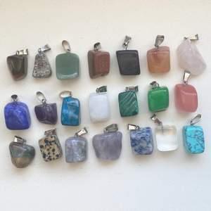 Hej! Säljer nu SUUUPERfina stenhalsband!              🌈Finns i många olika färger och former!                   🌈Halsbandskedja medkommer på 40-42cm!  Kedjan finns på bild nummer två!