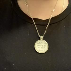Snyggt smycken med ett citat från Harry Potter✨ köparen står för frakten och kedja ingår ej!!