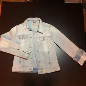 Säljer denna Jeans jacka på grund av att den är för liten💓 Jätte fint skick bara andvänt några gånger!