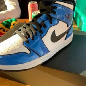Jordan 1 Signal blue helt nya köpta på JD Sports storlek 42 42,5 43 och 44 , äkta och kvitto finns!